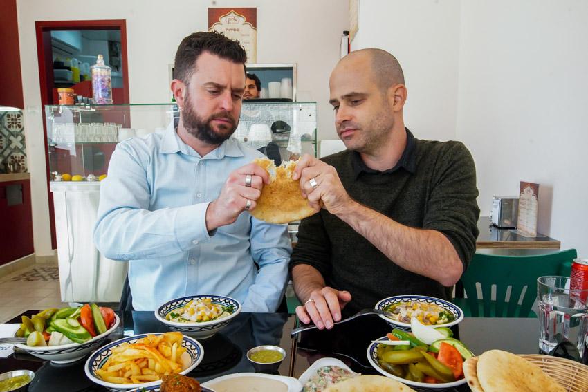 """עמית אהרנסון ויהונתן כהן, """"חומוס איזק"""" (צילום: אסף קרלה)"""