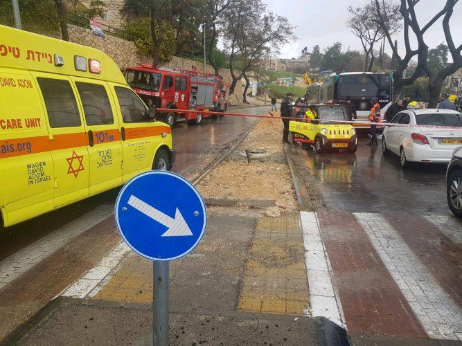 """זירת התאונה - הולך רגל נהרג מפגיעת אוטובוס בארמון הנציב (צילום: נעם לוי דוברות מד""""א)"""
