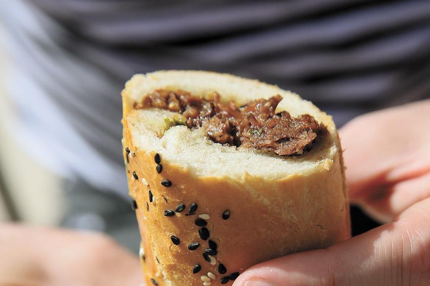 """""""ברונו - סנדוויץ' בשר"""" (צילום: ארנון בוסאני)"""
