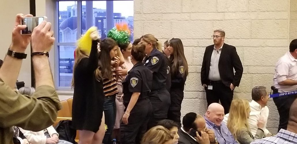 """מחאת פעילות ארגון הנשים """"לוט""""ם"""" , הערב בישיבת מועצת העירייה (צילום: שלומי הלר)"""