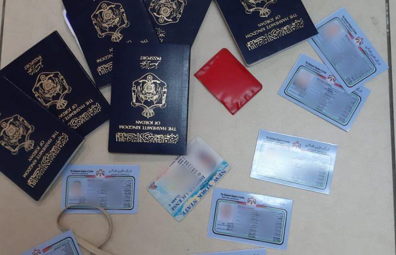 רישיונות הנהיגה והדרכונים המזויפים שנתפסו על ידי המשטרה (צילום: דוברות המשטרה)