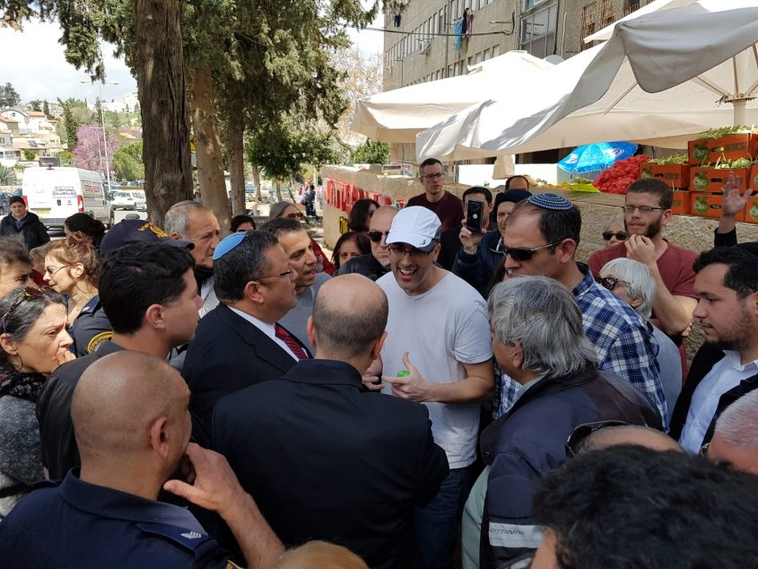 ראש העיר משה ליאון נפגש עם המפגינים (צילום: אסף שפיינר)