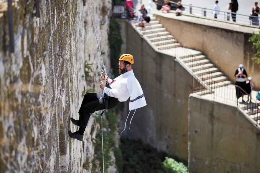סנפלינג מהחומות (צילום: יעל הרמן)