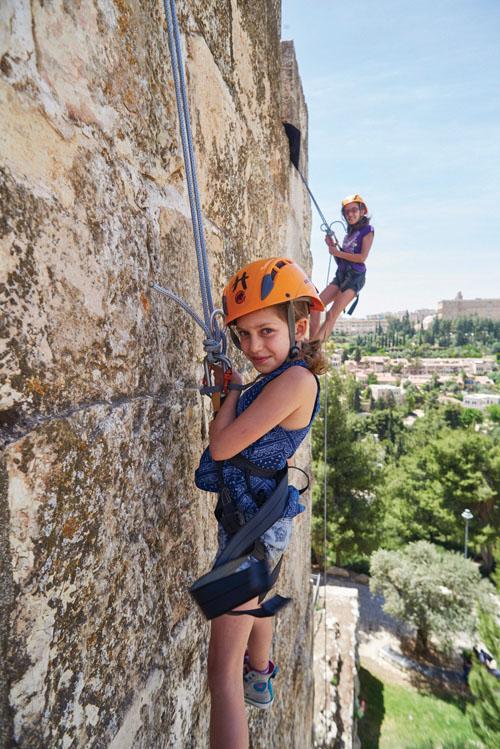 """טיילת החומות ומערת צדקיהו (צילום: באדיבות יח""""צ פמי)"""