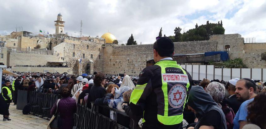 """ברכת הכהנים בכותל המערבי (צילום: דוברות מד""""א ירושלים)"""