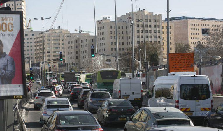 עומסי תנועה באזור הכניסה לעיר (צילום: אוליבייה פיטוסי)