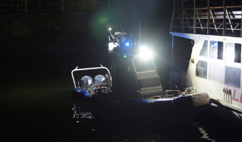 מתוך החילוץ הדרמטי הלילה בכנרת (צילום: דוברות המשטרה)