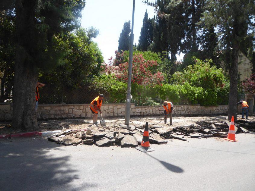 העבודות לתיקון המדרכות ברחוב החלוץ בבית הכרם (צילום: ראובן מילון)