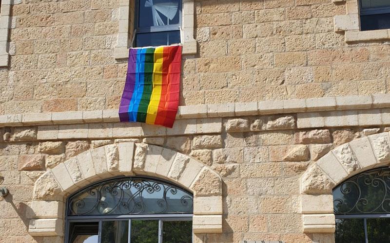 דגל הגאווה שנתלה בחלון לשכתו של יוסי חביליו בכיכר ספרא (צילום: פרטי)