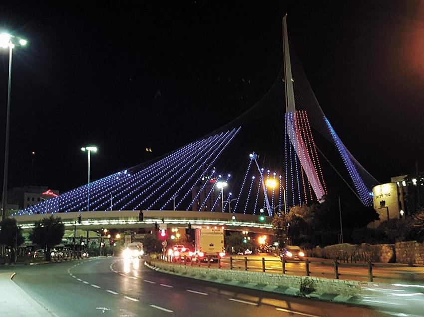 גשר המיתרים מואר לכבוד יום ירושלים (צילום: עיריית ירושלים)
