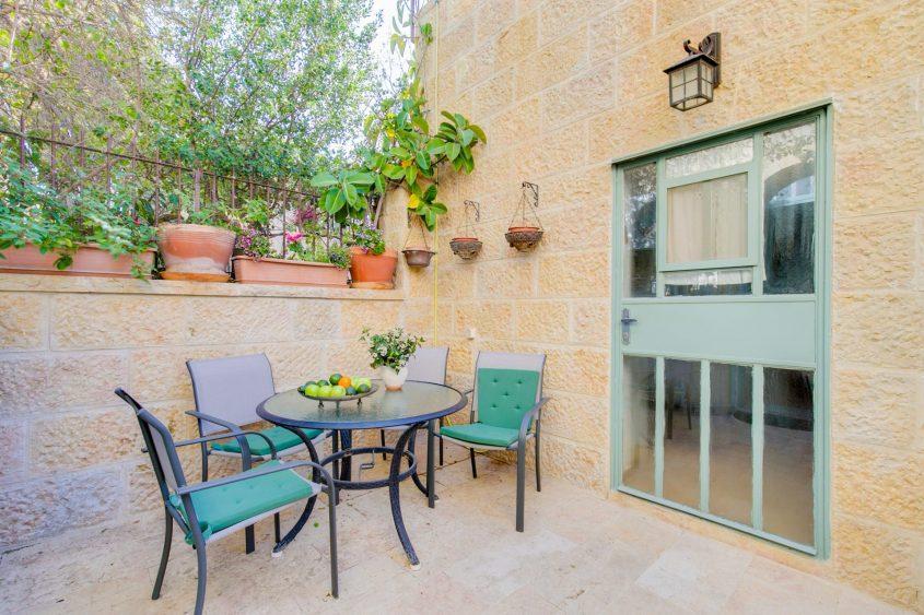 מרפסת הדירה ברחוב הנריך היינה, ימין משה (צילום: גלילה אייזנר)