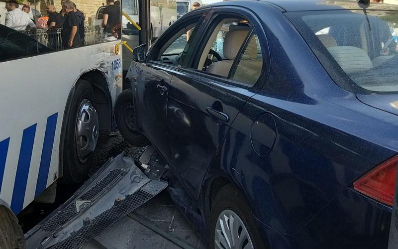 תאונה בין רכב פרטי לאוטובוס בדרך חברון (צילום: אדר אלרום)