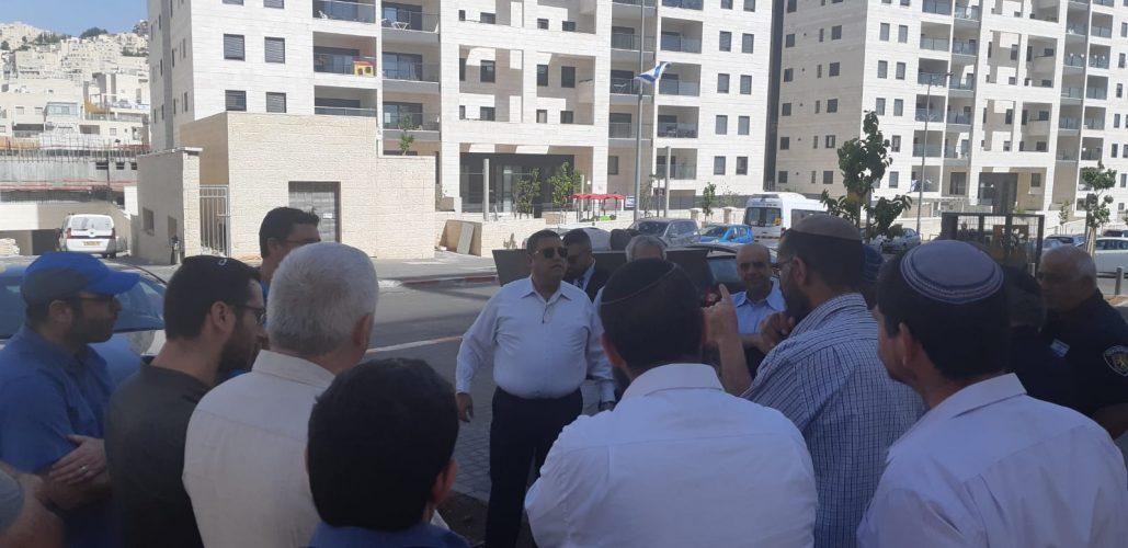 ראש העיר משה ליאון עם נציגי משרד הבינוי והשיכון בסיור הבוקר בהר חומה (צילום: עיריית ירושלים)