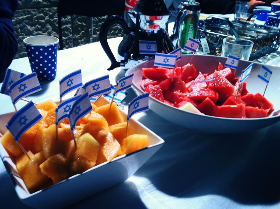 פירות עם דגלוני ישראל (צילום: מיכל פישמן-רואה)