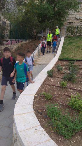תלמידי מנשה אלישר הולכים ביחד לבית הספר (צילום: עיריית ירושלים)