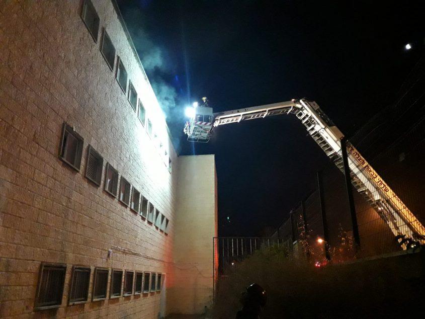 שריפה בבית ספר ברחוב מלכי ישראל (צילום: דוברות כבאות והצלה ירושלים)