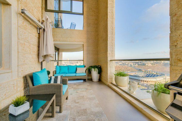 מרפסת הדירה ברחוב אברהם פררה, הולילנד (צילום: שרית אליאסף ומיכל הראל)