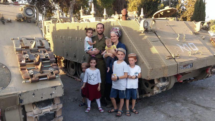 """רס""""ן יונדב הורוביץ והמשפחה (צילום: דובר צה""""ל)"""