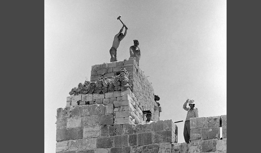 חומות העיר העתיקה בירושלים, 1967 (צילום: AP)