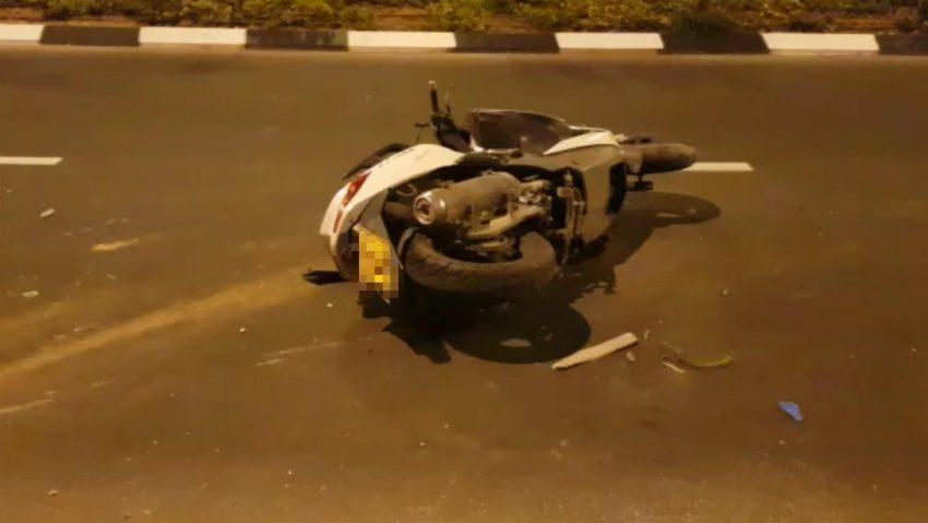 """האופנוע שהיה מעורב בתאונה הקטלנית בקרית מנחם (צילום: זק""""א)"""