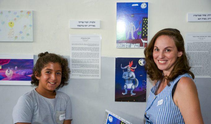 המאיירת דנה בודנסקי והתלמיד דביר שריקי (צילום: ג'ון תאודור)
