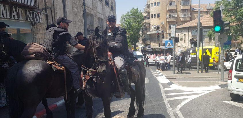 """הפגנת חרדים בכיכר השבת נגד גיוס לצה""""ל ומעצר בנות חרדיות השבוע (צילום: דוברות המשטרה)"""