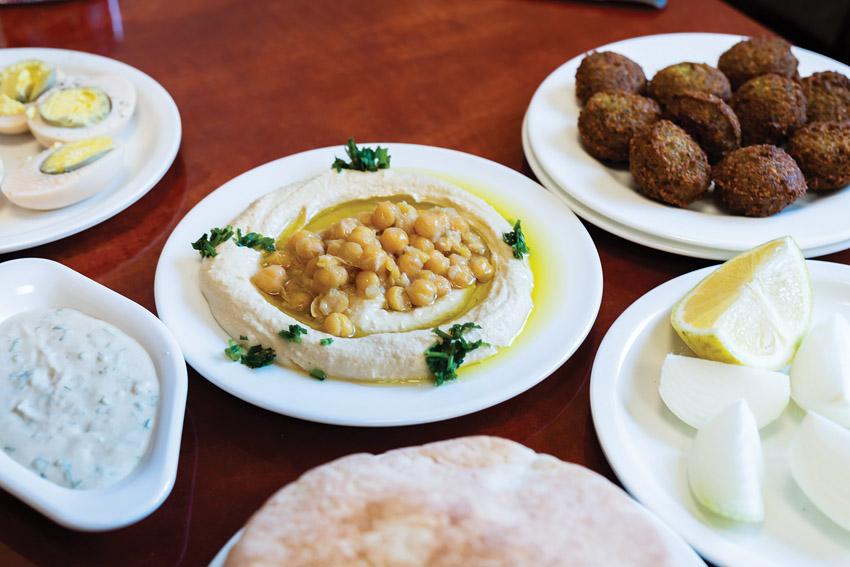 חומוס, פלאפל, טחינה, ביצה, בצל - טעמי (צילום: אסף קרלה)