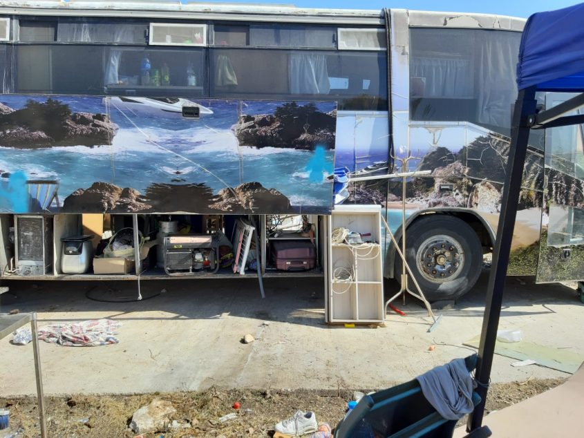 האוטובוס שבו מתגוררת המשפחה (צילום: פרטי)