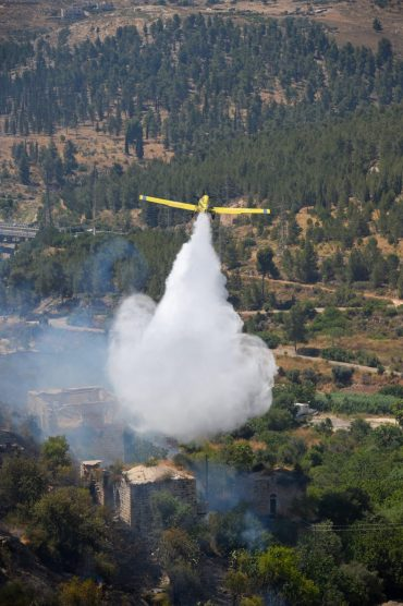 מטוס כיבוי בשריפת החורש בליפתא (צילום: תיעוד מבצעי כבאות והצלה לישראל)
