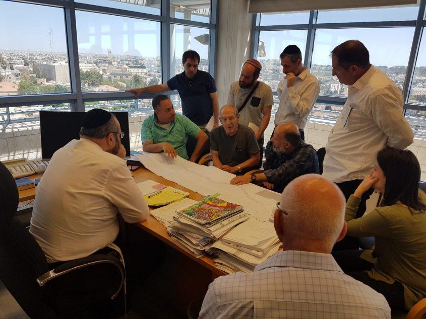 """הישיבה הבהולה שנערכה במשרדו של סגן ראש העיר ויו""""ר הוועדה המקומית לתכנון ולבנייה אליעזר ראוכברגר (צילום: פרטי)"""
