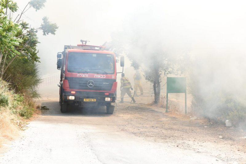 צוות כיבוי בשריפה בליפתא (צילום: תיעוד מבצעי כבאות והצלה לישראל)
