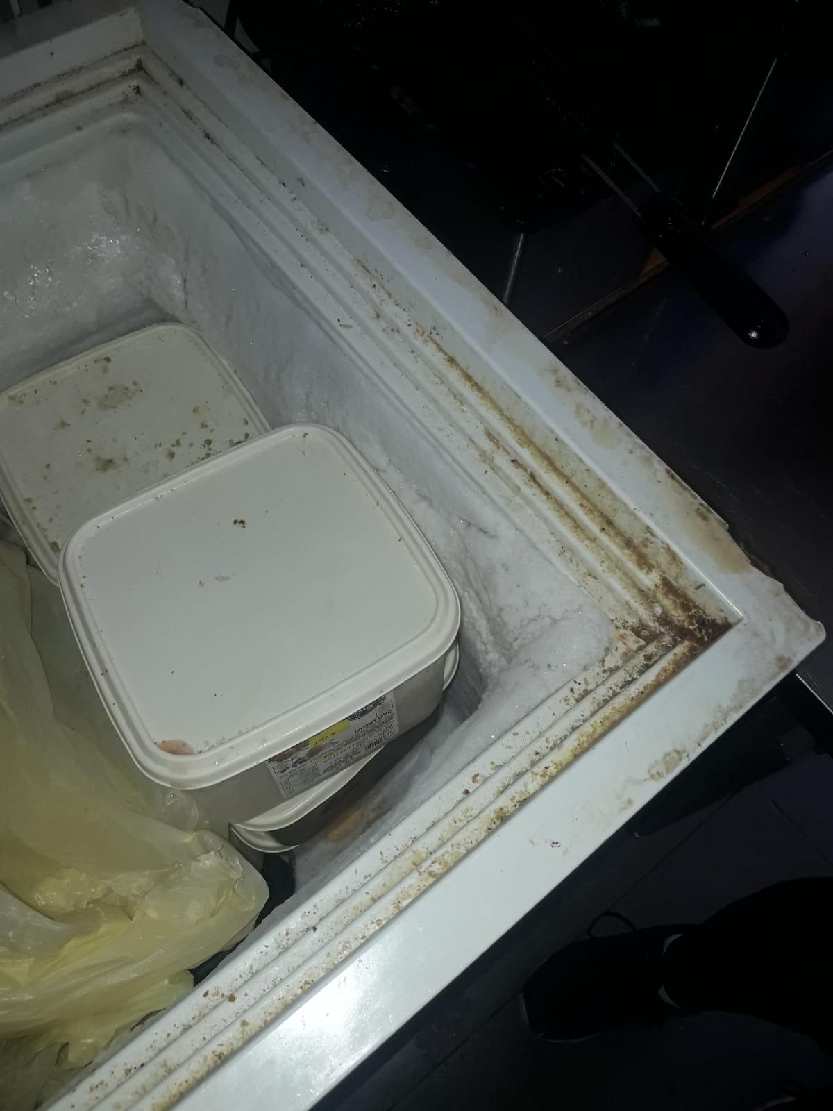 השמדת מוצרי בשר בקר בבית האוכל טעם משובח ברמת שלמה (צילום: דוברות משרד הבריאות)