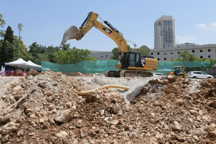 עבודות החפירה בגן סאקר - מאגר מים (צילום: דוד פרץ ושלומי אמסלם)