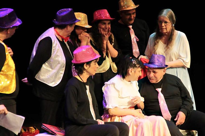 מתוך ההצגה הילד השישה עשר (צילום: אקים)