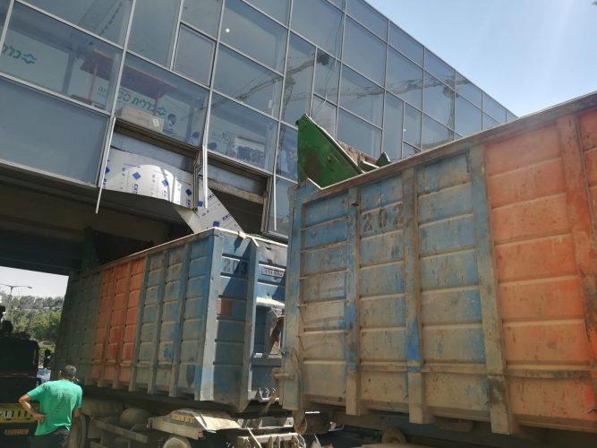 המשאית בגשר רמות (צילום: דוברות המשטרה)