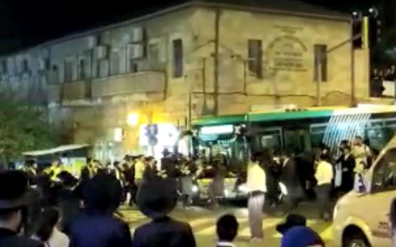 האוטובוס והמפגינים אמש בכיכר השבת (צילום: מחאת החרדים הקיצונים)