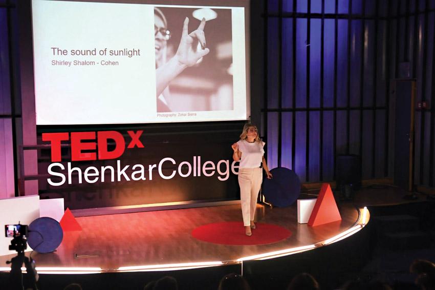שירלי שלום כהן בהרצאה בטד העולמי (צילום: באדיבות מחלקת צמי''ד)