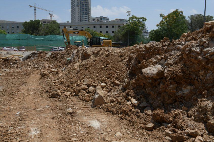עבודות החפירה בגן סאקר (צילום: דוד פרץ ושלומי אמסלם)