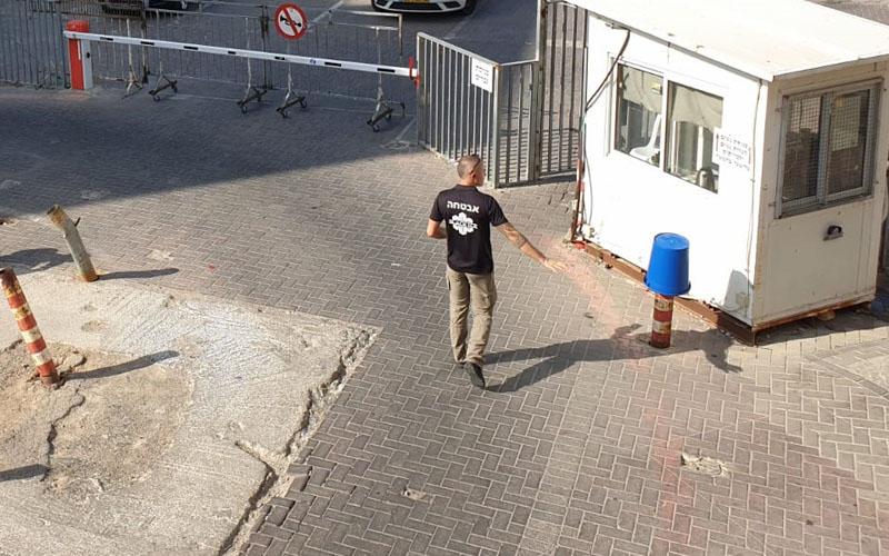 השומר בכניסה למתחם החניה של בית המדרש גור צילום: קבוצת הפייסבוק ירושלים בעיות פיתוח)