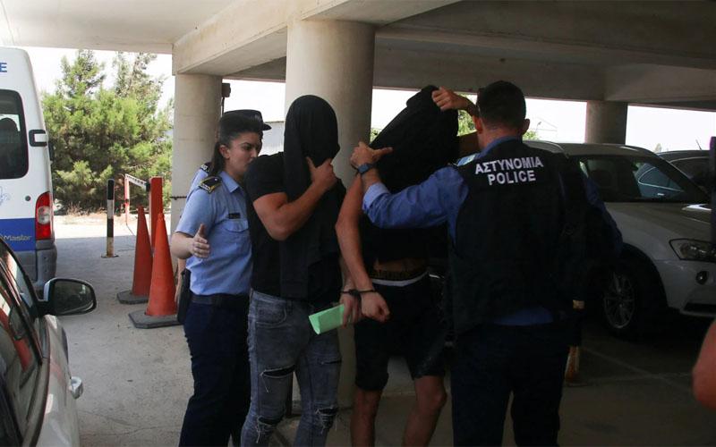 חלק מהחשודים מובאים להארכת מעצר בשבוע שעבר (צילום:YIANNIS KOURTOGLOU/רויטרס)