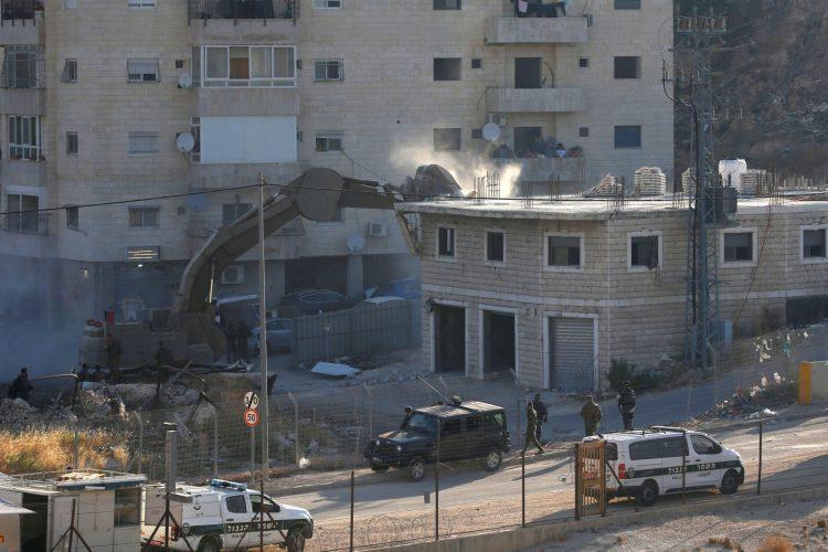 הריסת המבנים בואדי אל-חומוס, צור באהר - מזרח ירושלים (צילום: רויטרס MUSSA ISSA QAWASAMA)