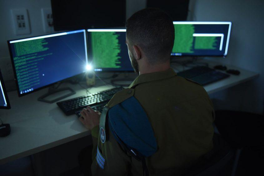 """יחידת הגנה בסייבר, למצולמים אין קשר לחיילים המרואיינים (צילום: דובר צה""""ל)"""
