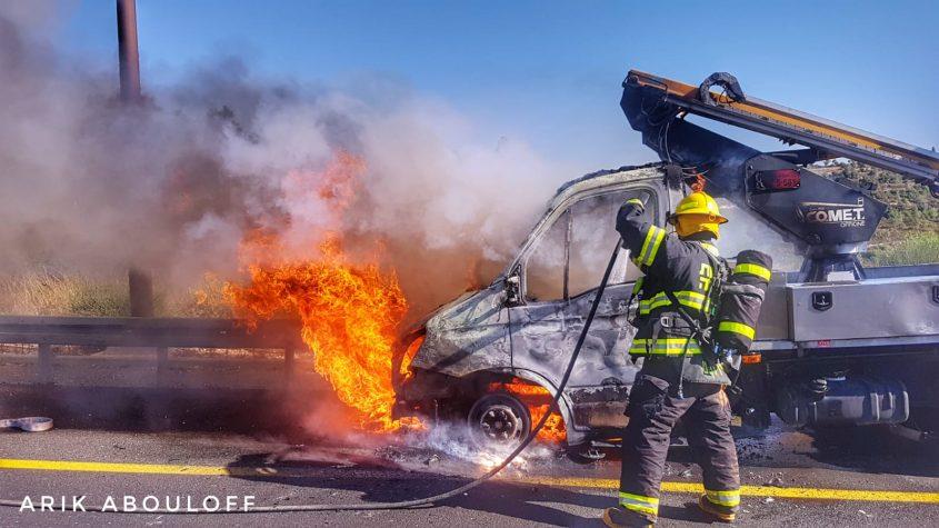 שריפת משאית בכביש 1 (צילום: אריק אבולוף, כבות והצלה ירושלים)