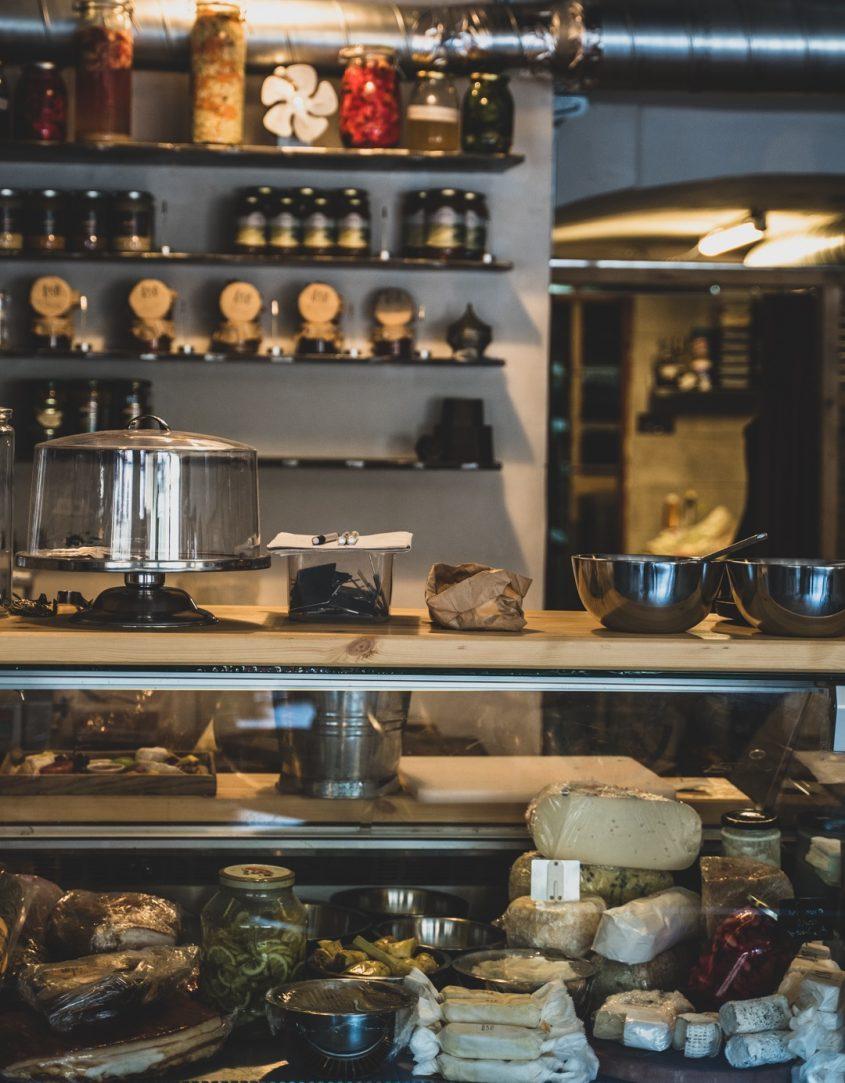 """""""מזקקה"""", בית קפה ובר הופעות (צילום: איתמר גינזבורג)"""