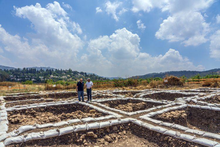 היישוב הפרהיסטורי, סמוך לכביש 1 (צילום: יניב ברמן, רשות העתיקות)