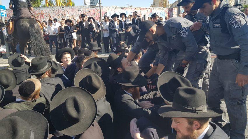 המחאה הסתיימה: מאות חרדים קיצונים חסמו את רחובות יפו-שרי ישראל ושיבשו את תנועת הרכבת הקלה