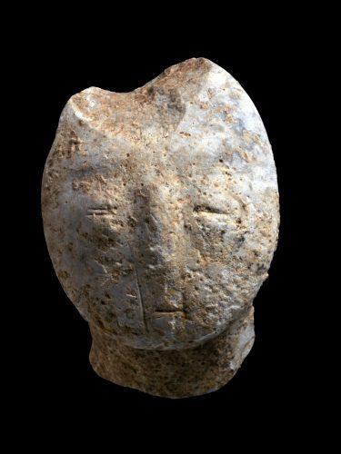 צלמית בצורת פני אדם (צילום: קלרה עמית, רשות העתיקות)
