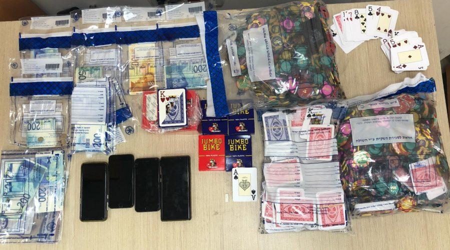 נחשפה דירת הימורים בקרית היובל: ז'יטונים, קלפים ועשרות אלפי שקלים – שני עובדי עירייה נעצרו