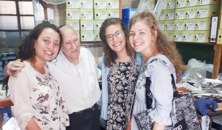 ציון חנוכה בחנות הנעליים יחד לקוחותיו (צילום: פרטי)