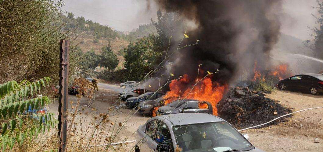 כלי הרכב שעולים באש במלחה (צילום: שלומי פורוש)